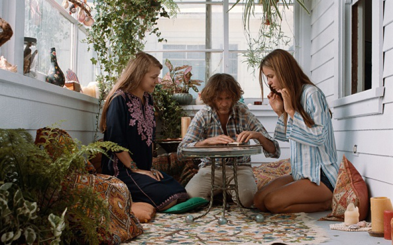 Joanna Newsom (links) in Inherent Vice